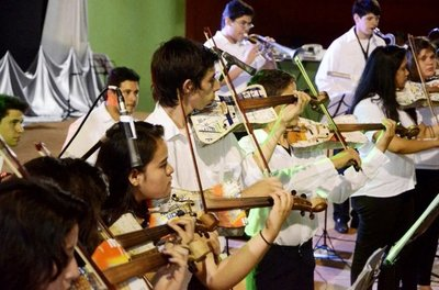 Reciclados de Cateura ofrecen concierto