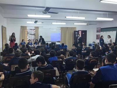 Niños aprenden valor de la democracia durante charla