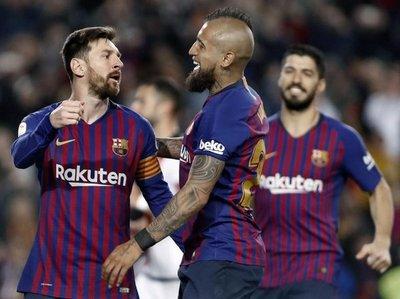 Barcelona remonta sin brillo