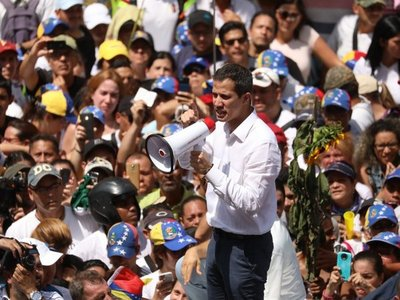 Guaidó llama a protesta, mientras Venezuela sigue sin energía