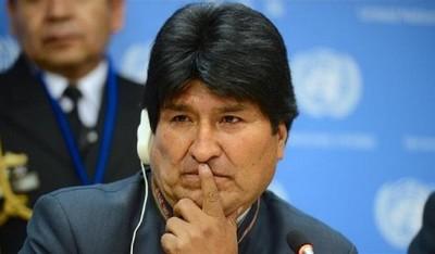 """Ente público distribuye impresos que llaman """"dictador"""" a Evo"""