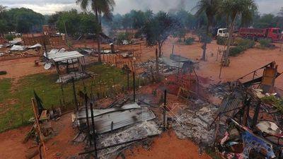 Sumarian a policías por quema de viviendas durante desalojo