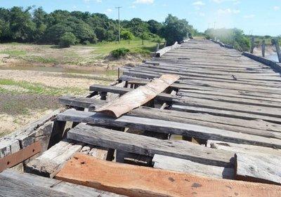 Piden reparar un viejo puente de madera en Arroyos y Esteros