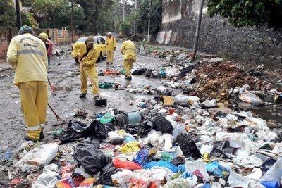 Asunción, desbordada por la cantidad de basura mal arrojada