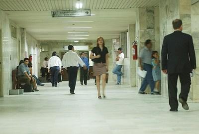 Es necesario equiparar los salarios de funcionarios públicos, según parlamentaria