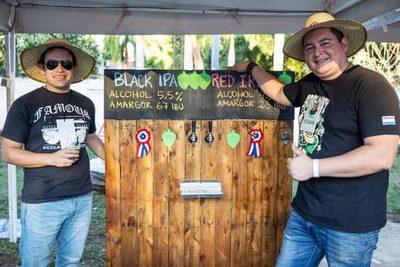 Compañeros crean su propia cerveza artesanal