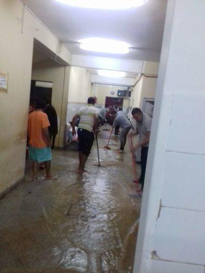 Se inundó parte del Hospital de Calle'i y pacientes son trasladados a lugares mas altos