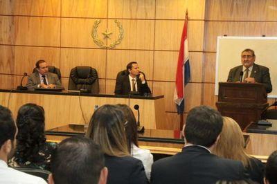 Juez Martínez Simon habló de razonamiento y resolución judicial