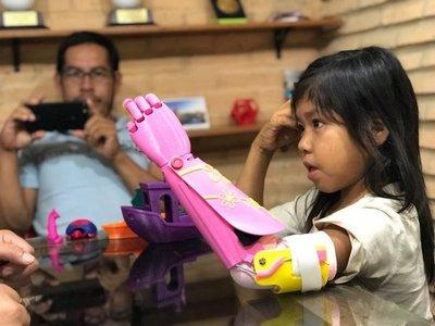 Niña aché recibe con emoción una prótesis 3D
