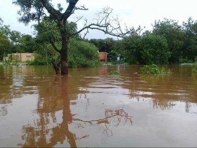 Varias familias bajo agua por deborde de arroyo en Paraguarí