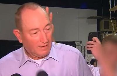 Senador australiano golpea a joven que le reventó un huevo en la cabeza en plena entrevista
