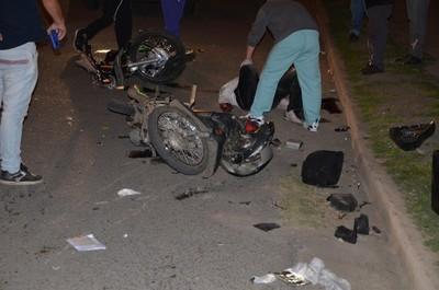 Choque frontal entre motocicletas deja dos heridos graves en Franco