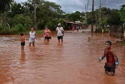 Prolongada lluvia provoca serias inundaciones en varios barrios de CDE y otros distritos aledaños