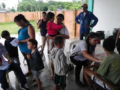 Benefician con asistencia médica a damnificados por temporales