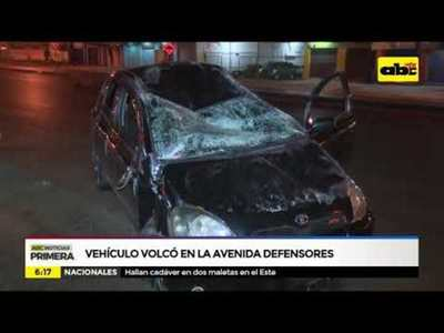Vehículo volcó en la avenida Defensores del Chaco