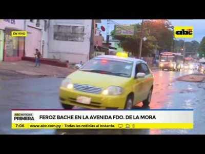 Feroz bache en la avenida Fernando de la Mora