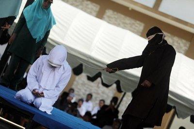Cinco parejas indonesias azotadas en Aceh por verse a solas sin estar casadas