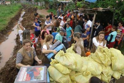"""Campaña """"Paraguay Solidario"""" entrega ayudas a afectados por las lluvias en Luque"""