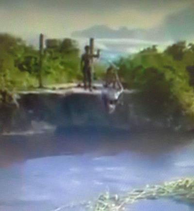 Tras caída de puente cruzan arroyo con una tirolesa