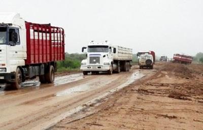 Mal estado de la Transchaco deja parados a cerca de 400 camiones
