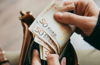 El misterioso 'Robin Hood' que está repartiendo sobres con dinero en un pueblo en España