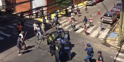 Nativos y policías se enfrentan en el microcentro