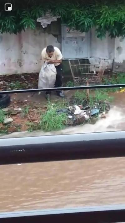 Hombre imputado por arrojar basura al raudal