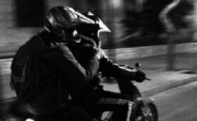 Asaltada por motochorros en el portón de su casa