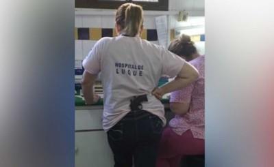 Sumarian a funcionaria de IPS de Luque fotografiada con una pistola