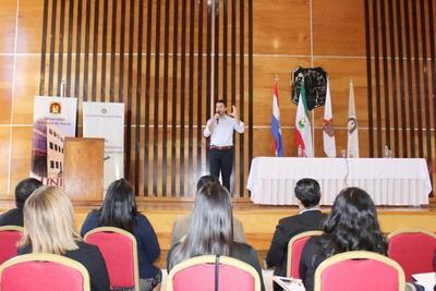 Panel sobre agenda digital con estudiantes de la Universidad de Itapúa