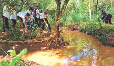 Comunidad e instituciones limpian el emblemático arroyo Hu'i Rupá