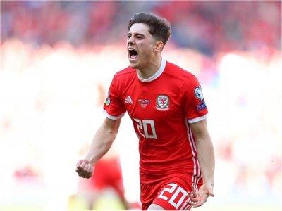 Daniel James da el primer triunfo a Gales