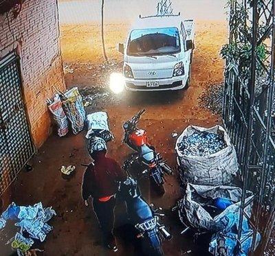Delincuentes roban G.70 millones en violento asalto a una recicladora