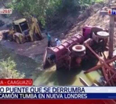Camión tumba cae a un arroyo tras desplome de un puente