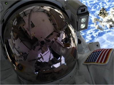 Se frustra paseo espacial con mujeres por falta de un traje