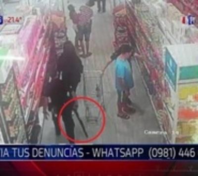 Policía negligente: Se le escapó un tiro e hirió a cliente de un súper