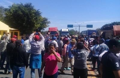 Campesinos denuncian que la policía retiene sus camiones