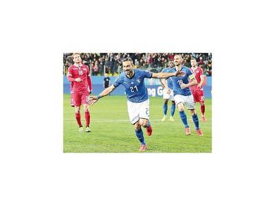 Italia golea y España cumple