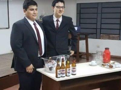 Hicieron su tesis sobre cerveza con almidón y cedrón