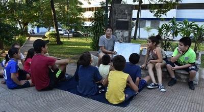 Joven autodidacta enseña inglés gratis a niños de escasos recursos