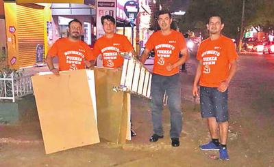 Ciudadanos retiran basura electoral