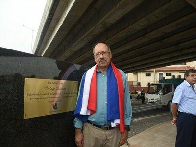Placa oficial en memoria de Rodrigo Quintana se instala en el superviaducto