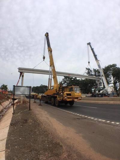 Tape Porã instala vigas para construir una pasarela peatonal en la ruta VII