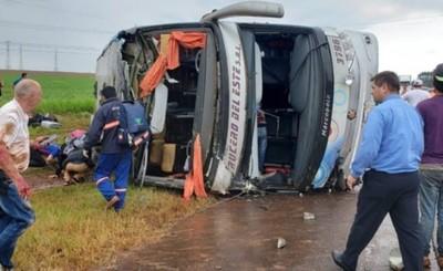 Dos fallecidos tras vuelco de colectivo en Yguazú