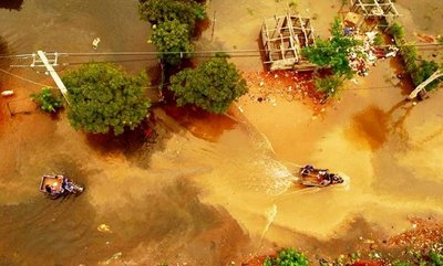 Familias quedan atrapadas en agua por lenta reacción de SEN, lamentan