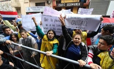 """Estudiantes de 29 colegios se movilizan y exigen interpelar a Petta: """"No acepta su error"""