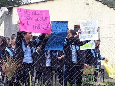 Estudiantes toman colegio en Horqueta