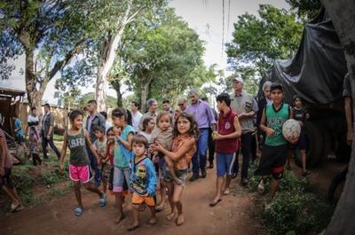 Mandatario visitó a damnificados por inundaciones y abogó por un plan definitivo