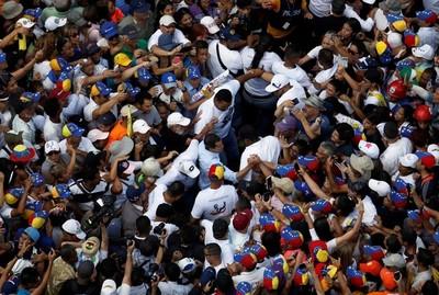 Venezuela: Miles de manifestantes contra el régimen y decenas de heridos tras represión