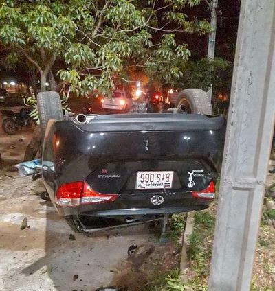 Concepción: Automóvil vuelca en plena avenida